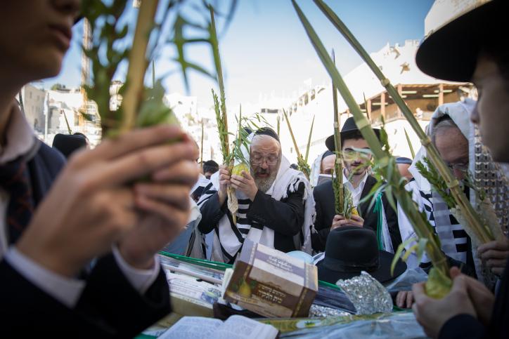 """יהודים מתפללים בכותל בשנת תשע""""ט"""