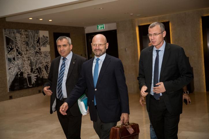"""מנהל צוות המו""""מ של כחול לבן עו""""ד טורובוביץ עם השרים אלקין ולוין"""