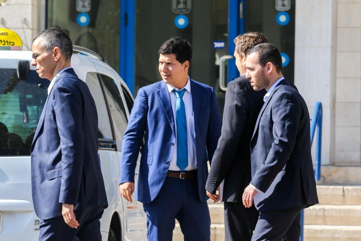 פרקליטיו של ראש הממשלה בפתח משרד המשפטים בו נערך השימוע