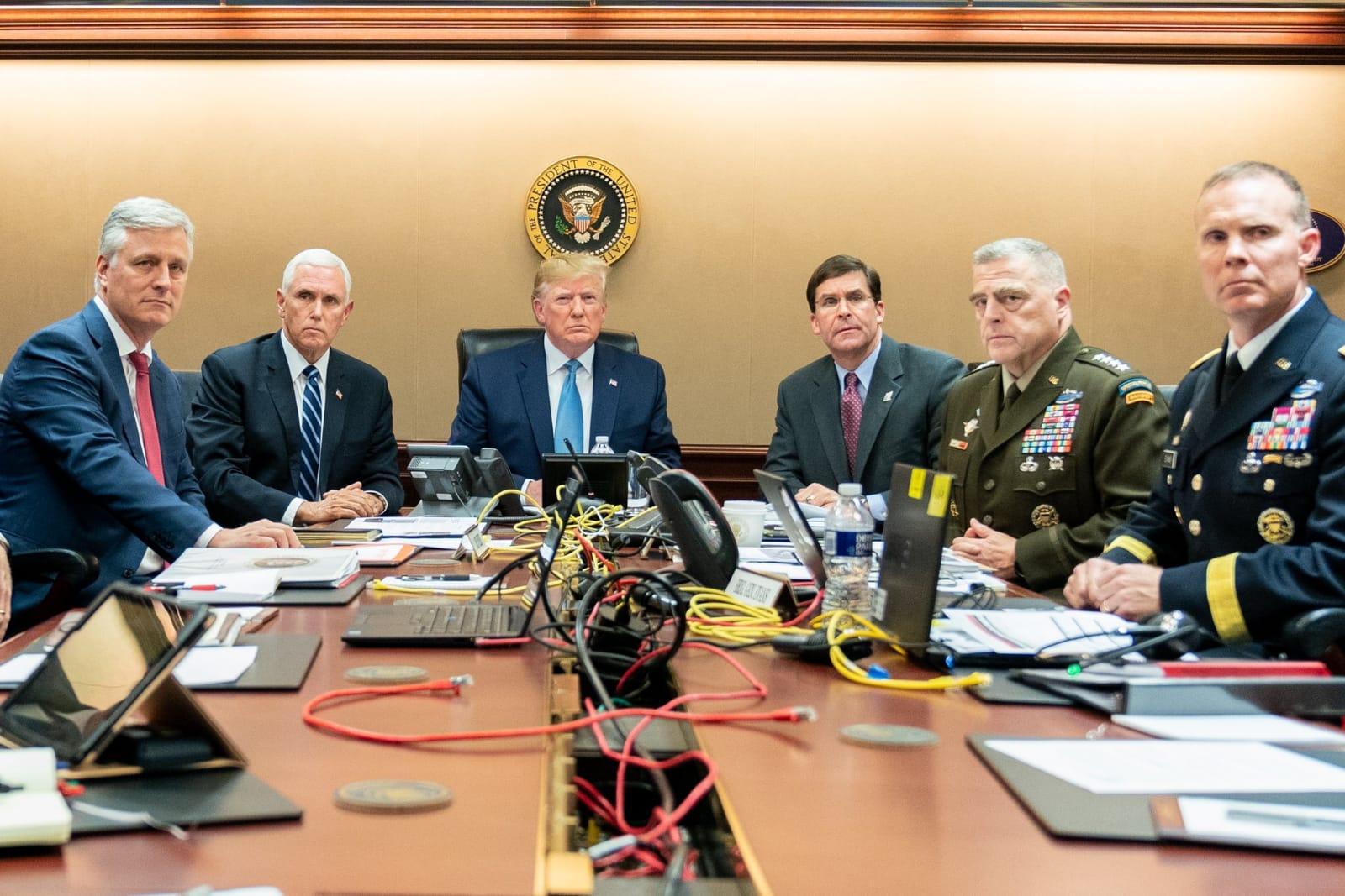 הנשיא וסגנו וראשי הצבא צופים בפעולה בשידור חי
