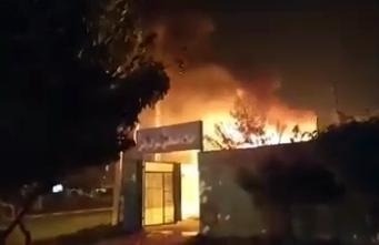 תחת משטרה עולה באש באיראן