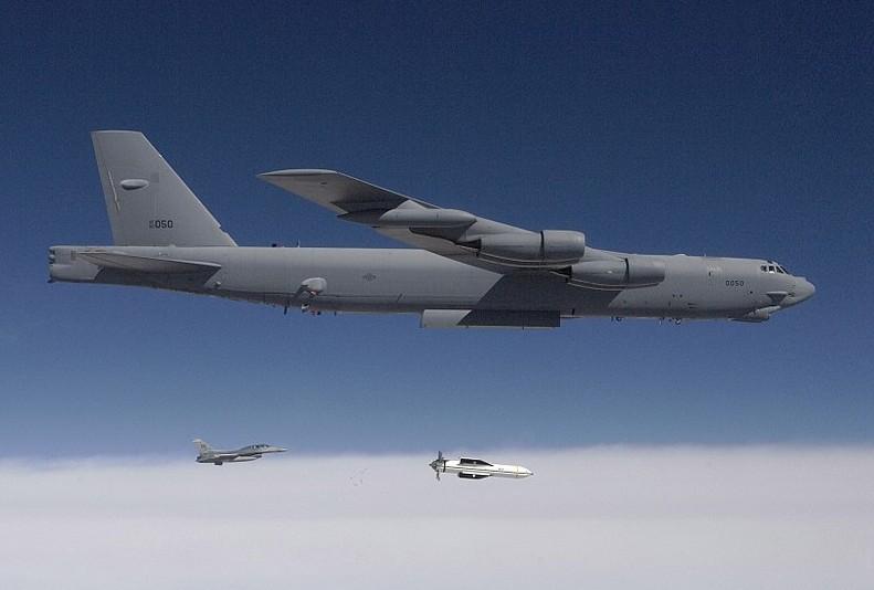 מפציץ אמריקני משליך פצצה חודרת בונקרים במהלך תרגיל