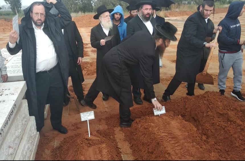 יצחק שיינין בקבר ירחמיאל שניידר צילום מאיר פרידמן