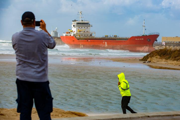 האונייה שנסחפה במזג האוויר הסוער לחופי אשדוד