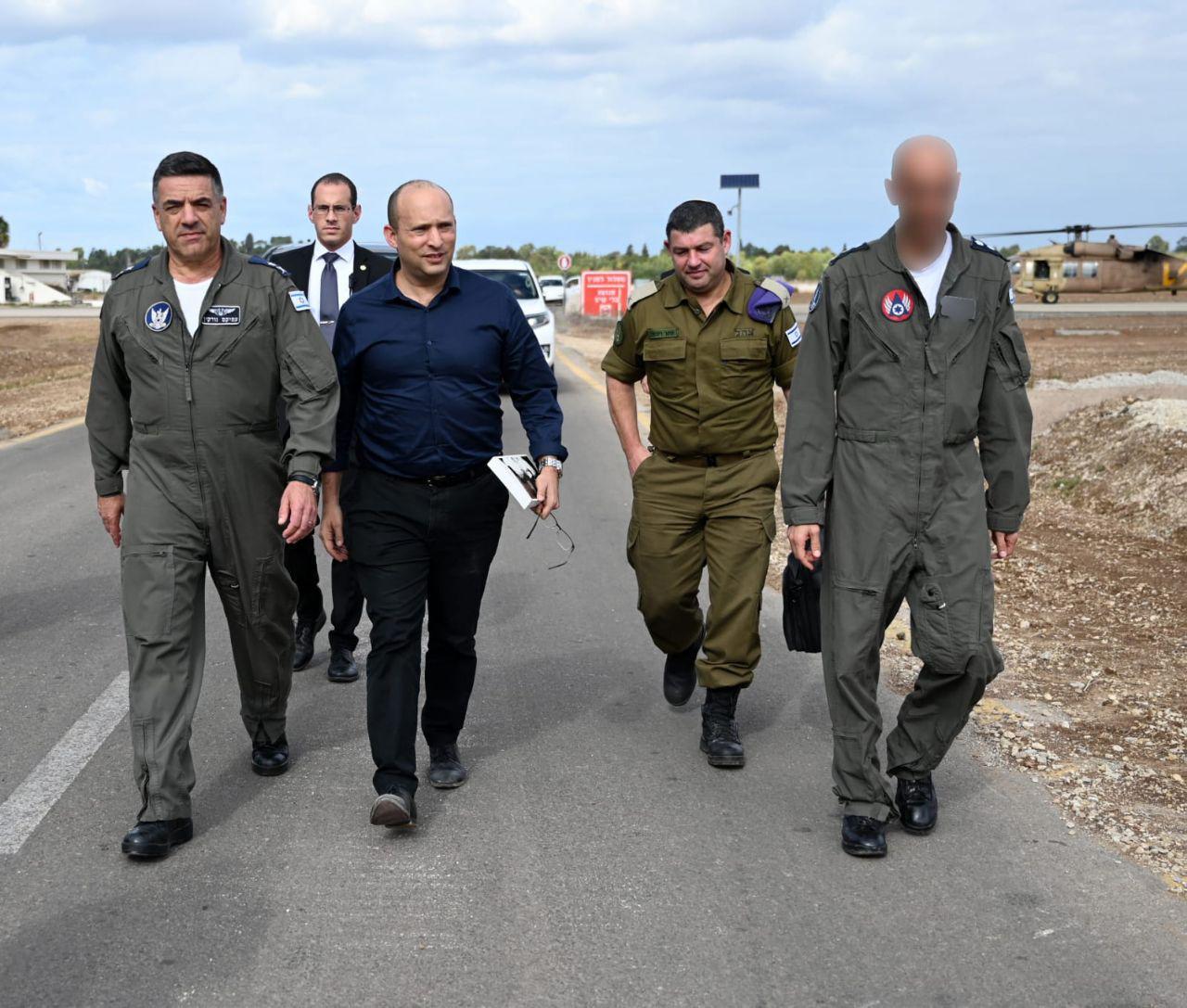 שר הביטחון בביקור בבסיס חיל האוויר