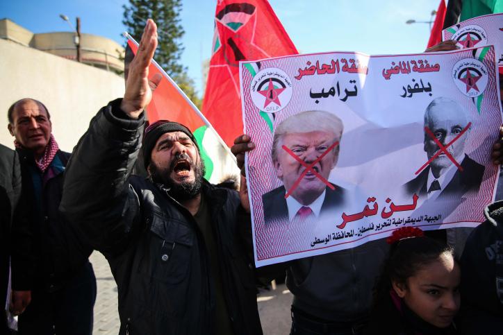 """מפגינים ערבים ברשות הפלסטינית, שורפים את תמונת ראש הממשלה ונשיא ארה""""ב"""