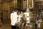 הרבנים במהלך הסיור במפעל