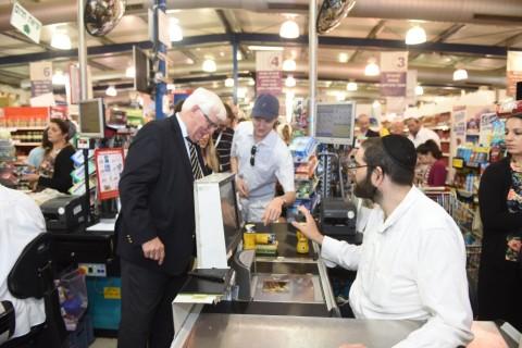 חברי הפרלמנט רוכשים מוצרים מיהודה ושומרון