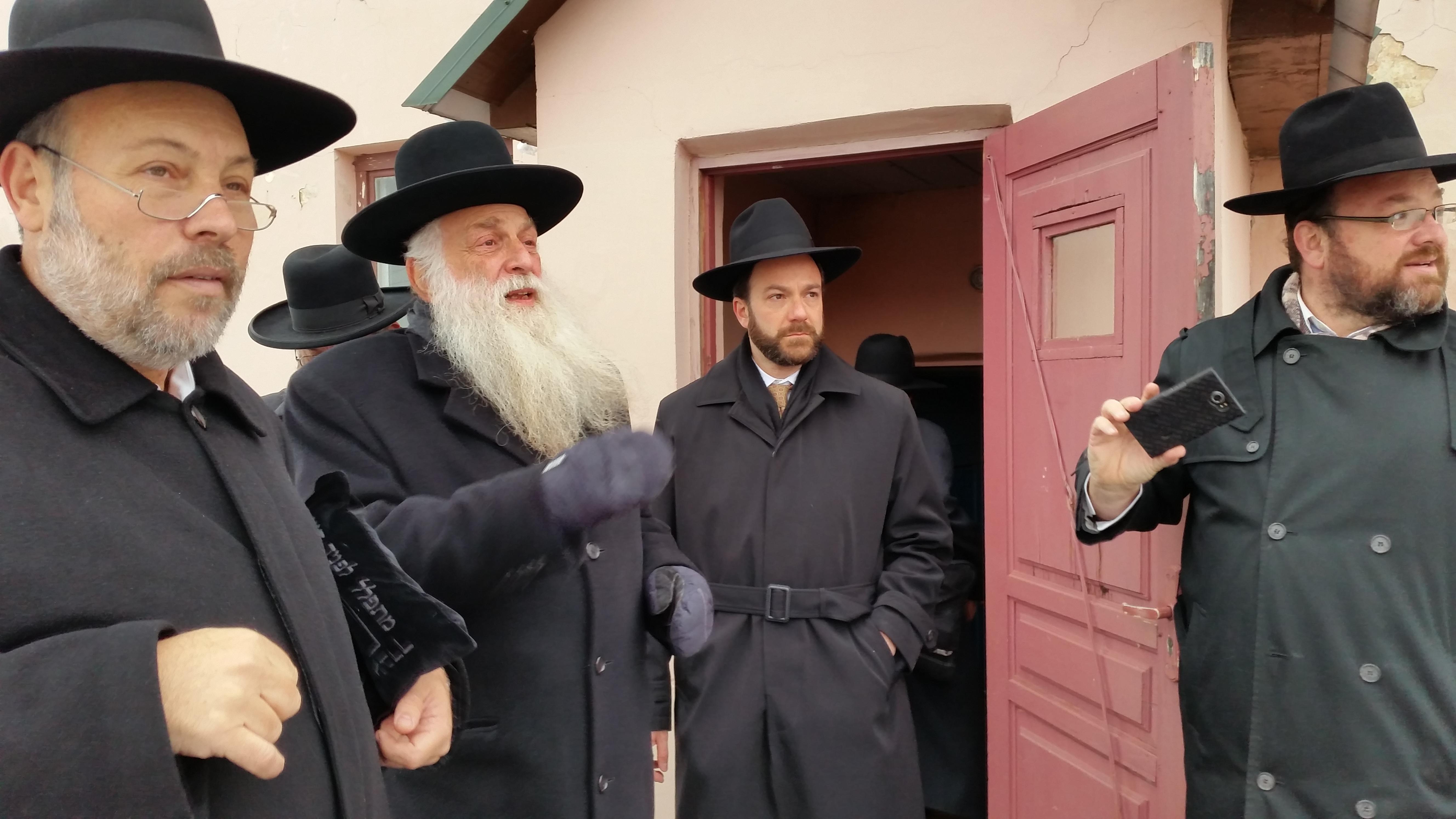 הנכד הגאון רבי נחמן ליבוביץ, והנין רבי ירוחם ליבוביץ - בכניסה לחדר המדרגות