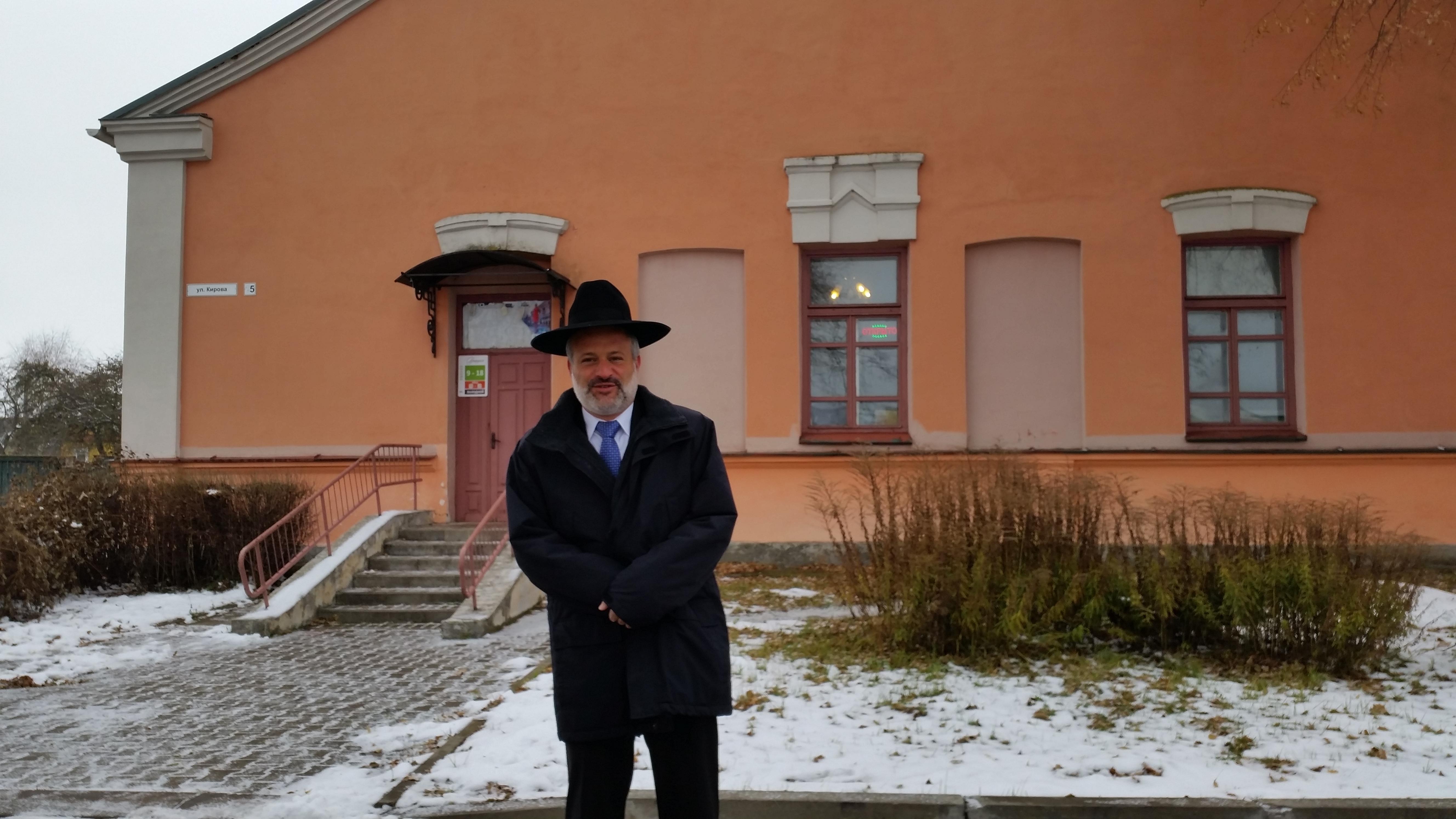 """שליח """"קול חי"""", בצלאל קאהן, על רקע בניין ישיבת מיר"""